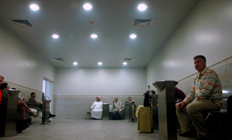 Smoking room in aeroport la Doha. Nu-i de mirare ca fumatorii mor mai tineri.