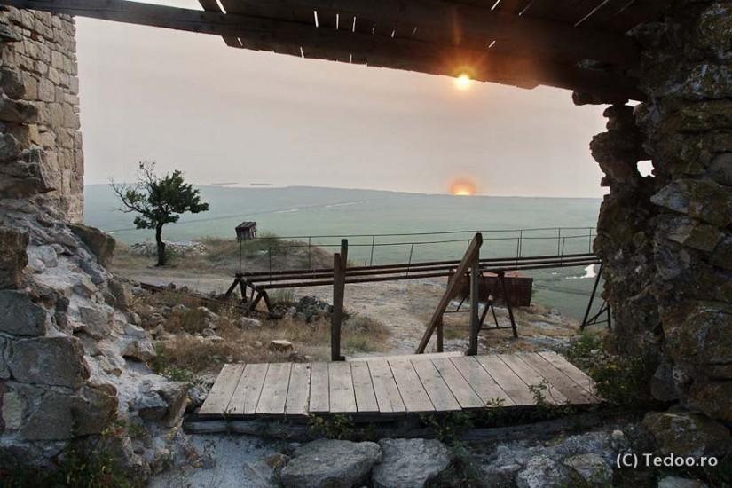 Soarele rasare peste Lacul Razim. Vedere de la Cetatea Enisala.