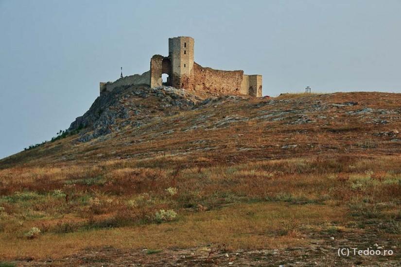 Cetatea Enisala e la 10 minute de mers cu masina. Se vede de pe terasa pensiunii.