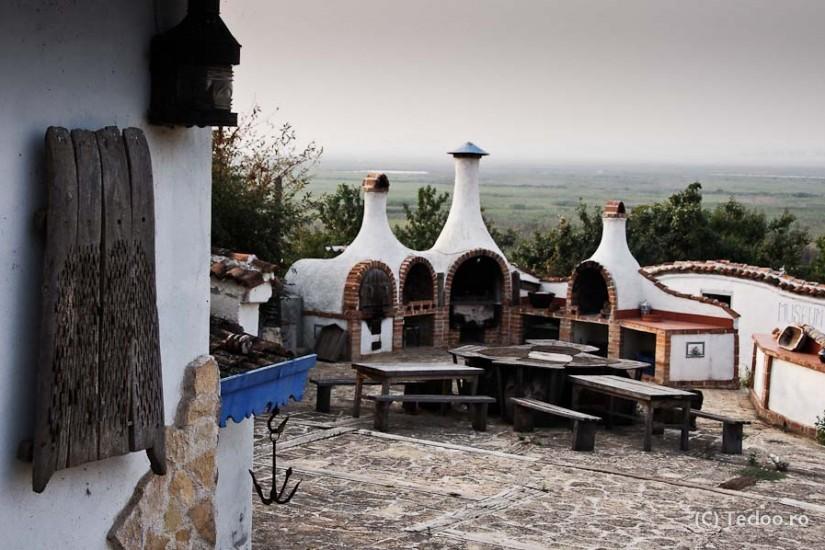 Enisala Safari Village. Terasa unde se face BBQ are o vedere superbă peste lacurile Razim și Babadag.
