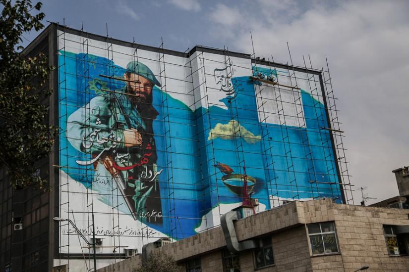 Graffiti-uri naţionaliste (şi adesea războinice) împodobesc multe clădiri ale metropolei.