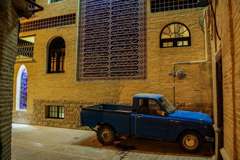 """O Mazda antică, """"înfiptă"""" în peretele hotelului Niayesh. Nu mă refer la zeul zoroastrian, ci la mașina japoneză."""