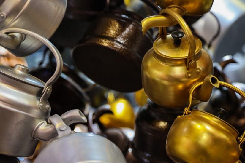 Ceainice de vânzare în bazar.