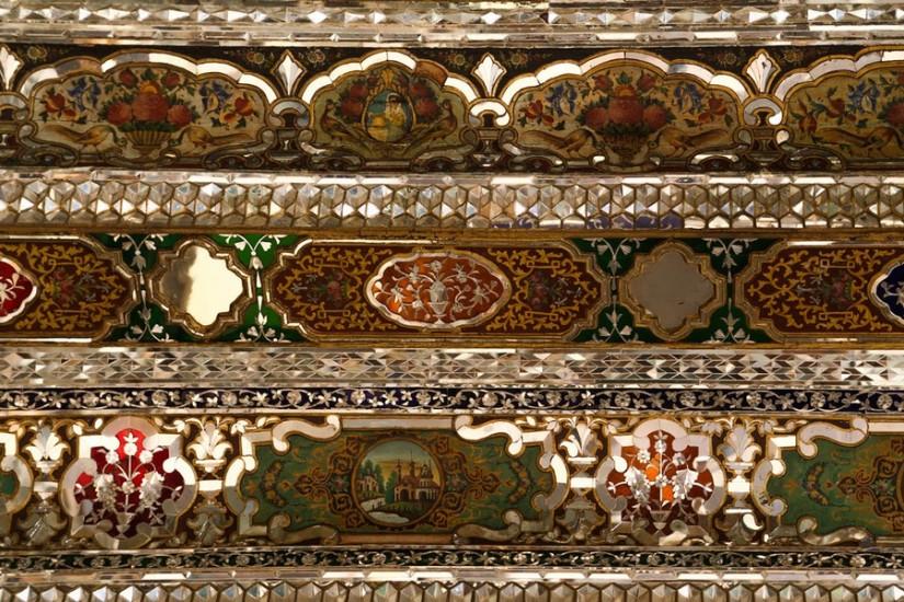 Ornamente pe tavan. Pavilion în grădina Naranjestan.
