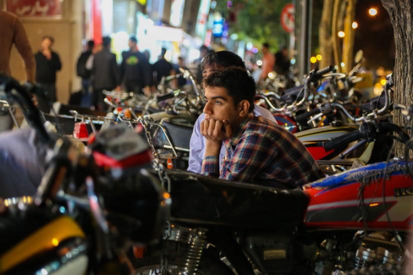 Vise printre motociclete. La doi paşi, un român se chinuie să nu-şi verse fresh de rodii pe aparatul foto.
