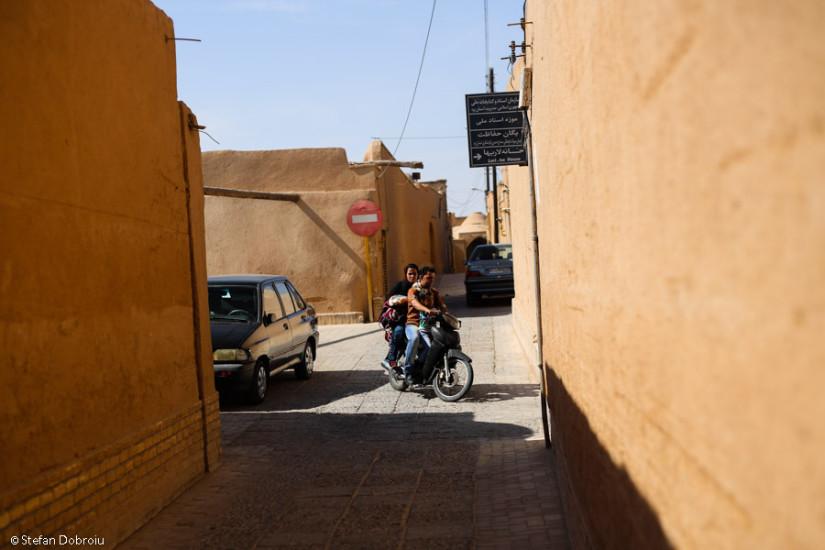 La miezul zilei, doar câte o motocicletă tulbură liniştea în centrul vechi.