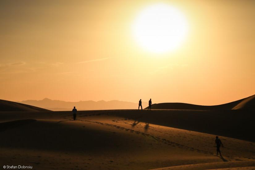Asfinţitul, cel mai nimerit moment să urci pe dune.
