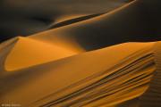 Soarele şi vântul ciufulesc dunele perfecte de la Bafq.