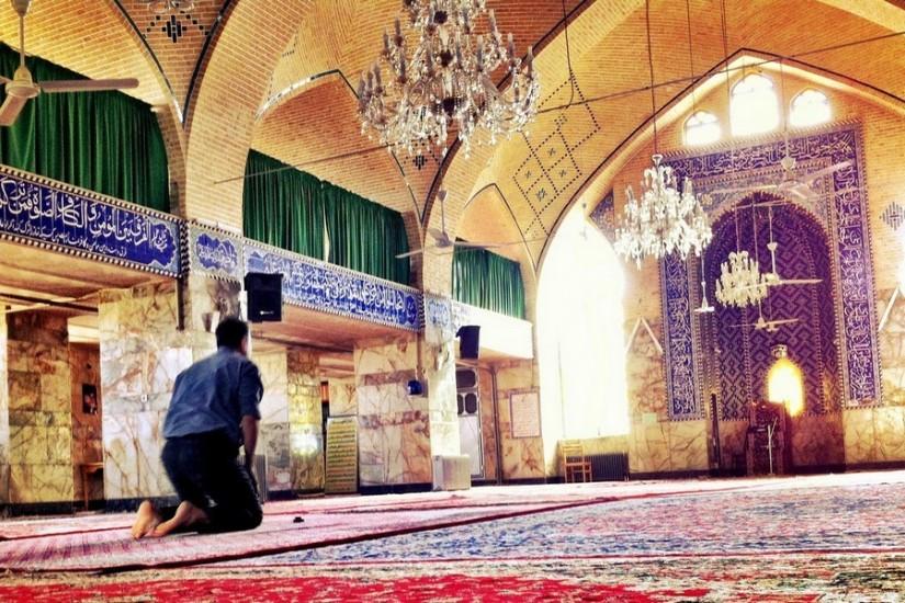 Şoferul nostru, oprit la moschee pentru rugăciune.