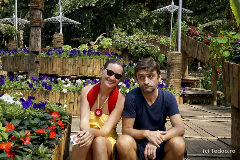Cu Melania Medelanu la gradina regala Doi Tung, provincia Chiang Rai. Nu eram supărat, așa stau eu la poză.