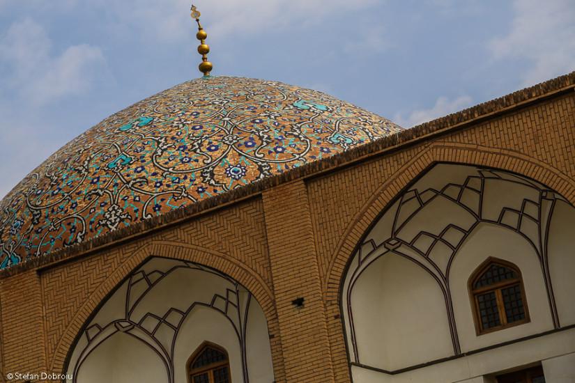 Domul moscheii Lotfollah şi arcadele pieţei Naqsh-e Jahan.