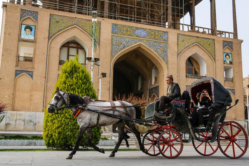 Intrarea în palatul Ali Qapu, cu portretele ayatollahilor Khomeini şi Khamenei.