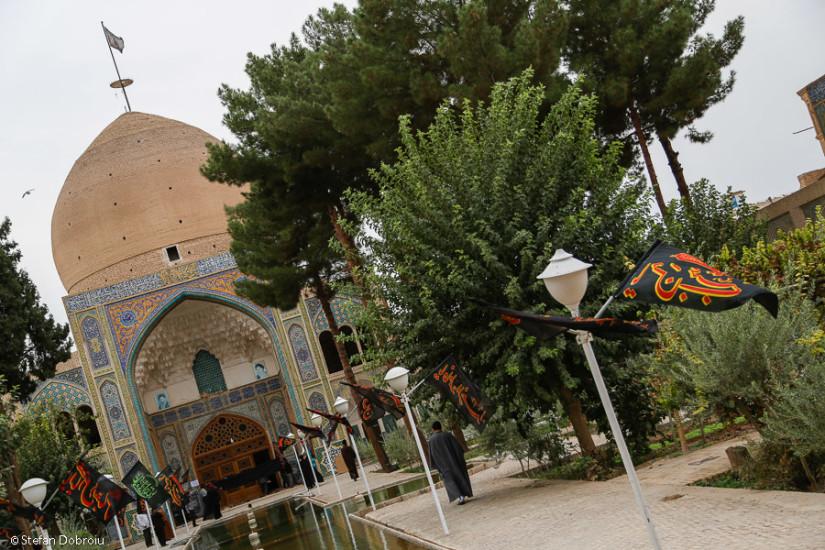 Principala moschee a oraşului, aflată exact lângă bazar.