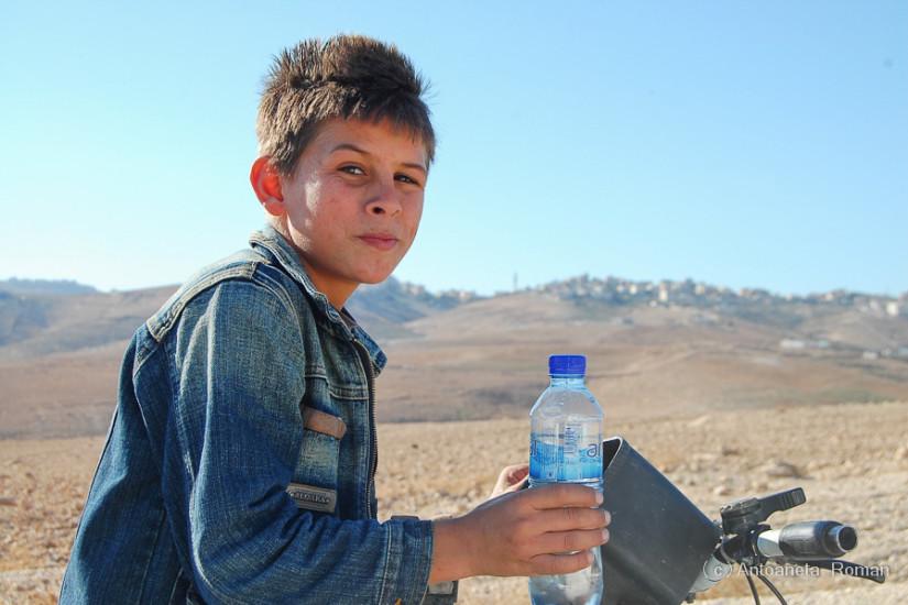 In Desertul Iudeii, un copil mi-a cerut apa