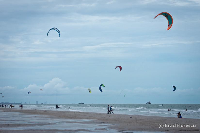 In zilele cu vânt puternic sute de rideri se adună pe plaja din Hua Hin