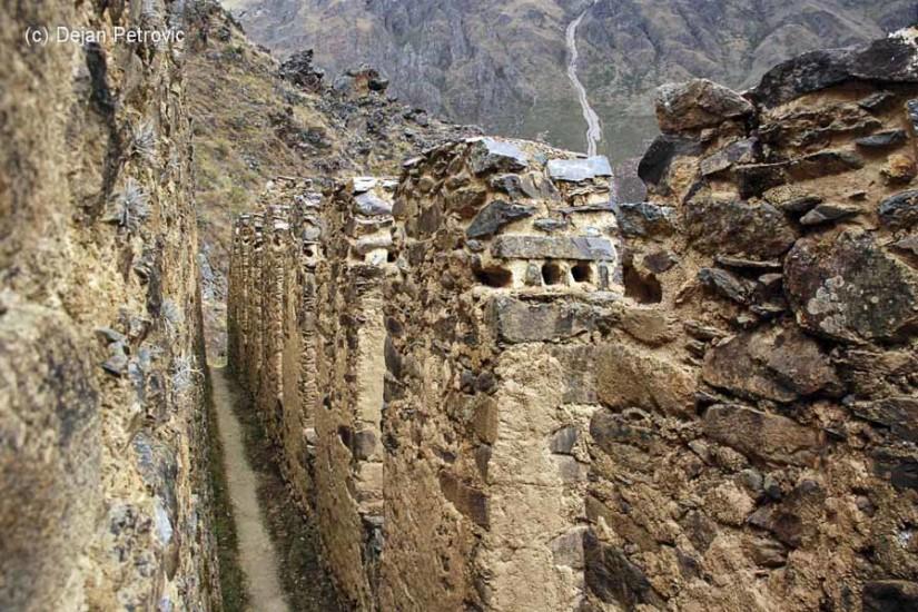 Hambarele de pe deal. Qollqas in limba Quechua.