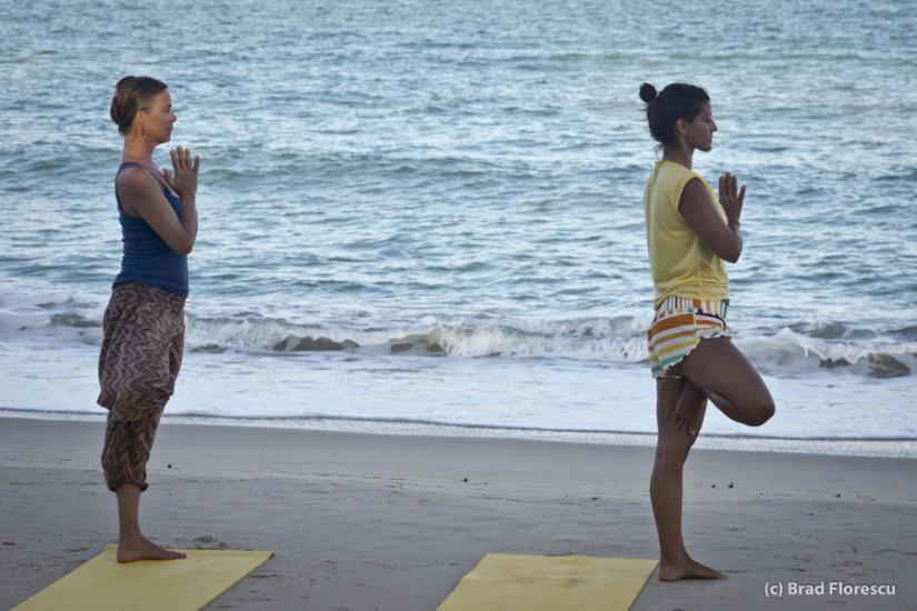 Yoga cu Gaelen pe plaja din Khanom