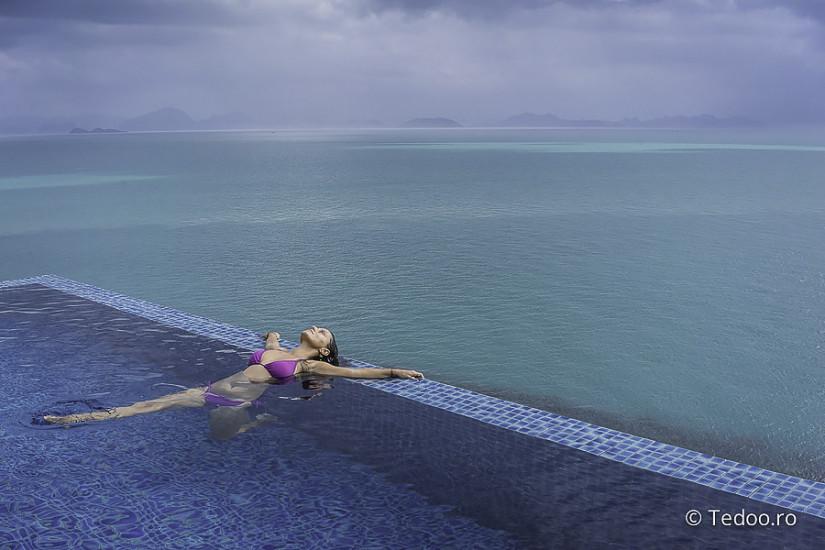 Ocean View Pool Villa. Piscina are 10 metri lungime. Foto: Brad Florescu. Model: Elena Stanciu. Cameră: SONY A7.