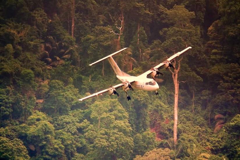 Un DASH al Berjaya Air la aterizarea pe aeroportul din insula Tioman, Malaezia.