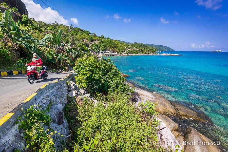 Drumul dement de pe insula Siantan, care leagă Tarempa de Tanjung Tabu.