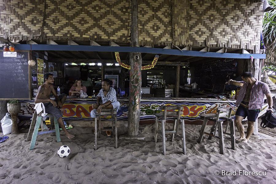 Atmosfera de la Jam Bay. Bere, grătare, fotbal, volei, căței, pisici, copii și muzică.