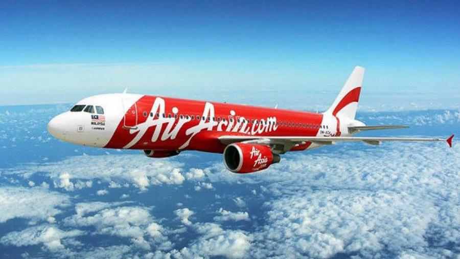 Airbus A320 Air Asia în culorile deja celebre.